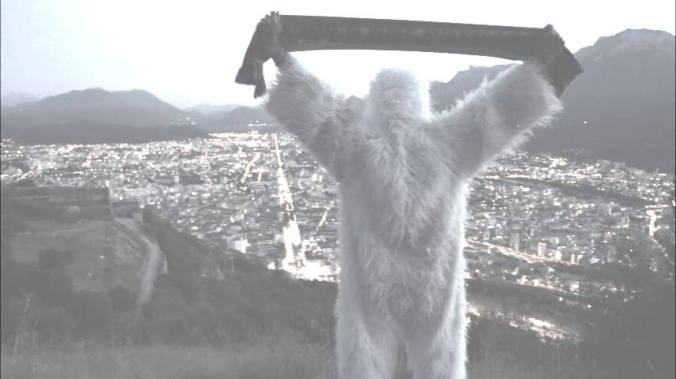 Le Yeti, mascotte de Grenoble, face à la ville.